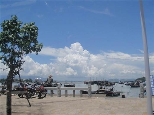 大洲上的古灯塔是远航渔船的夜海明灯;小洲上灵日灵