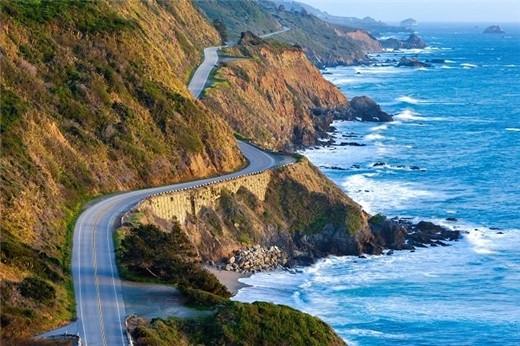 太平洋海岸高速公路 地点:美国加利福尼亚州 加利福尼亚州1号公路全长656英里,从洛杉矶南部的奥兰治郡一直沿着海岸线延伸至旧金山北部的门多西诺郡。一路上风景都美不胜收。但是最美的是该路线的123英里处,那里的大苏尔公路和圣路易斯奥比斯波路,合称为太平洋海岸高速公路。从蒙特利鹅卵石沙滩和高尔夫场附近出发,一路沿着加利福尼亚州中心海岸南行,穿过红树林和大苏尔海崖。沿途有很多地方可供停车拍照。蒙特利往南18英里处,比克奥比拱桥气势恢宏,桥下是大苏尔汹涌的海浪。摩洛湾向北35英里处,坐落着圣西蒙的郝氏古堡。这里