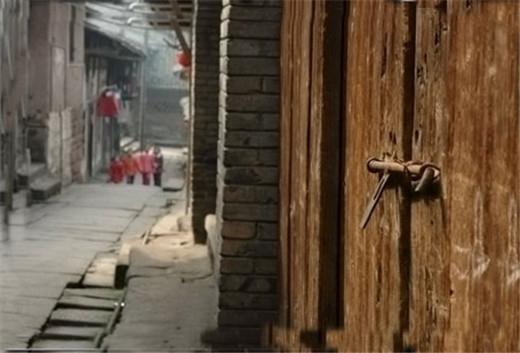 """歌乐山风景区由主峰中心景区,蒋介石官邸 """"林园""""和重庆烈士陵园三个"""